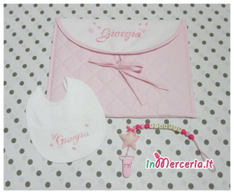 Busta portaoggetti trapuntata, bavetta e catenella portaciuccio per Giorgia