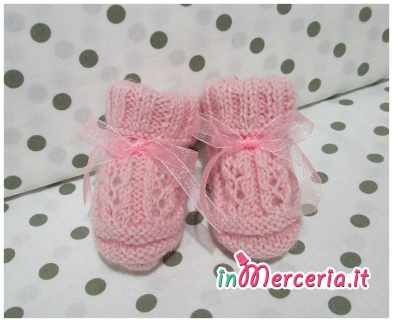 Scarpine neonato in lana rosa ai ferri