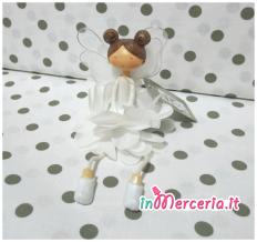 Bambolina seduta bianca