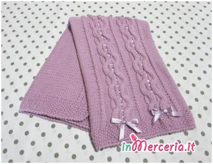 Copertina con intrecci lilla in lana per neonato