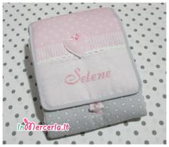Set Nascita - Coprifasciatoio con cuore, bavetta e catenella portaciuccio per Selene