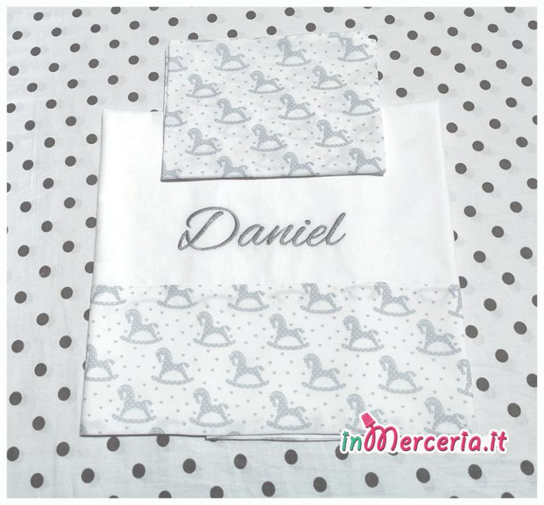 Corredino neonato - Busta coprifasciatoio con nuvolaìe, busta portaoggetti con cicogna, set lenzuolino con cavallucci a dondolo e bavette per Daniel