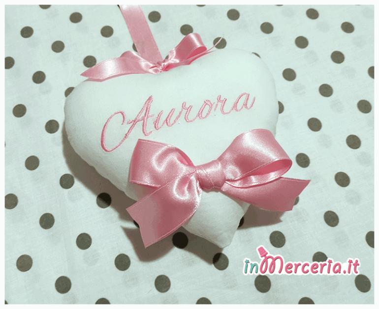 """Fiocco nascita luna rosa """"Eccomi"""" con cicogna e cuore pendente per """"Aurora"""""""