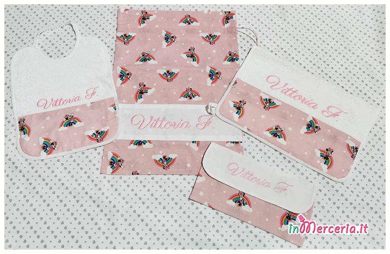Set asilo Minnie Mouse arcobaleno – Sacchetto, asciugamano, bavetta e bustina per Vittoria